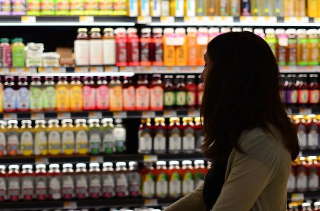 Regały ekspozycyjne, czyli jak odpowiednio ułożyć produkty na półkach sklepowych?